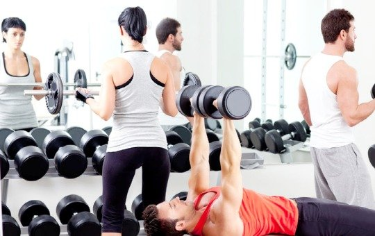 woman intimidated by lifting weights